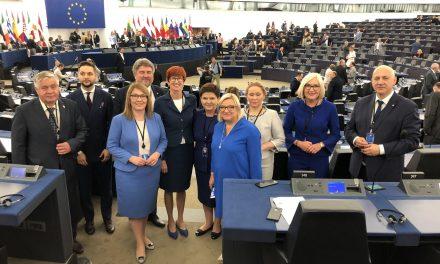 Europosłowie PiSu nieprzyszli naposiedzenie Parlamentu Europejskiego zkrzyżami
