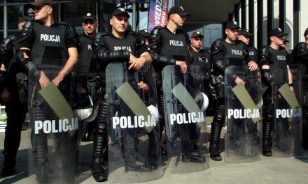 Informacja otym, żepolicjanci przyłączyli się doprotestu wKrakowie tofake news