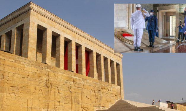 Nie, Prezydent nieodwrócił polskiej flagi. Wyjaśniamy okoliczności wizyty wMauzoleum Atatürka