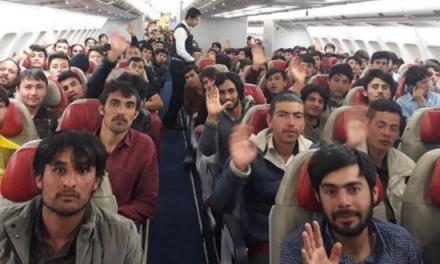 Zdjęcie ukazuje afgańskich mężczyzn, którzywybrali wygodne życie nazachodzie, zamiast walki zTalibami oojczyznę?  Sprawdzamy