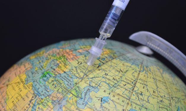 Wyższa szkodliwość szczepionek Pfizera? Nie, tozorganizowana akcja dezinformacyjna