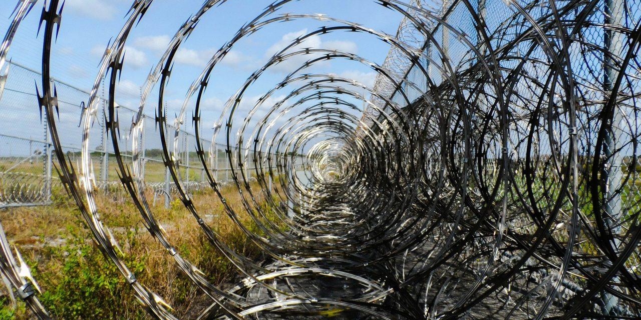 Nie, ksiądz nieświęcił drutu kolczastego przy polsko-białoruskiej granicy