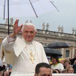 """Nie, tozdjęcie nieprzedstawia Josepha Ratzingera wykonującego gest """"Heil Hitler"""""""
