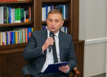 """Nie, Robert Bąkiewicz nienazwał weteranki Powstania Warszawskiego """"starą babą zdemencją"""""""