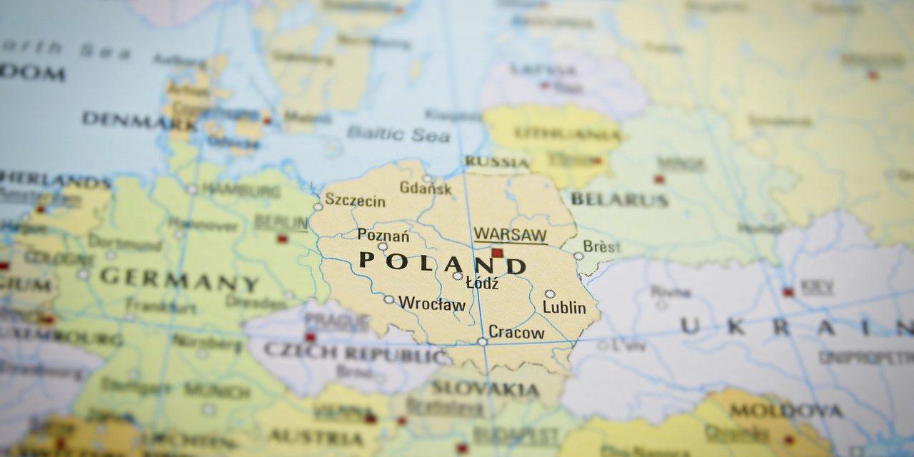 """Polskę czeka polexit? Prezes rady ministrów pisze: """"to fake news""""."""