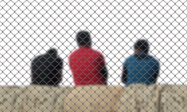 Uchodźcy czynielegalni imigranci? Wyjaśniamy wypowiedź posła Sterczewskiego.